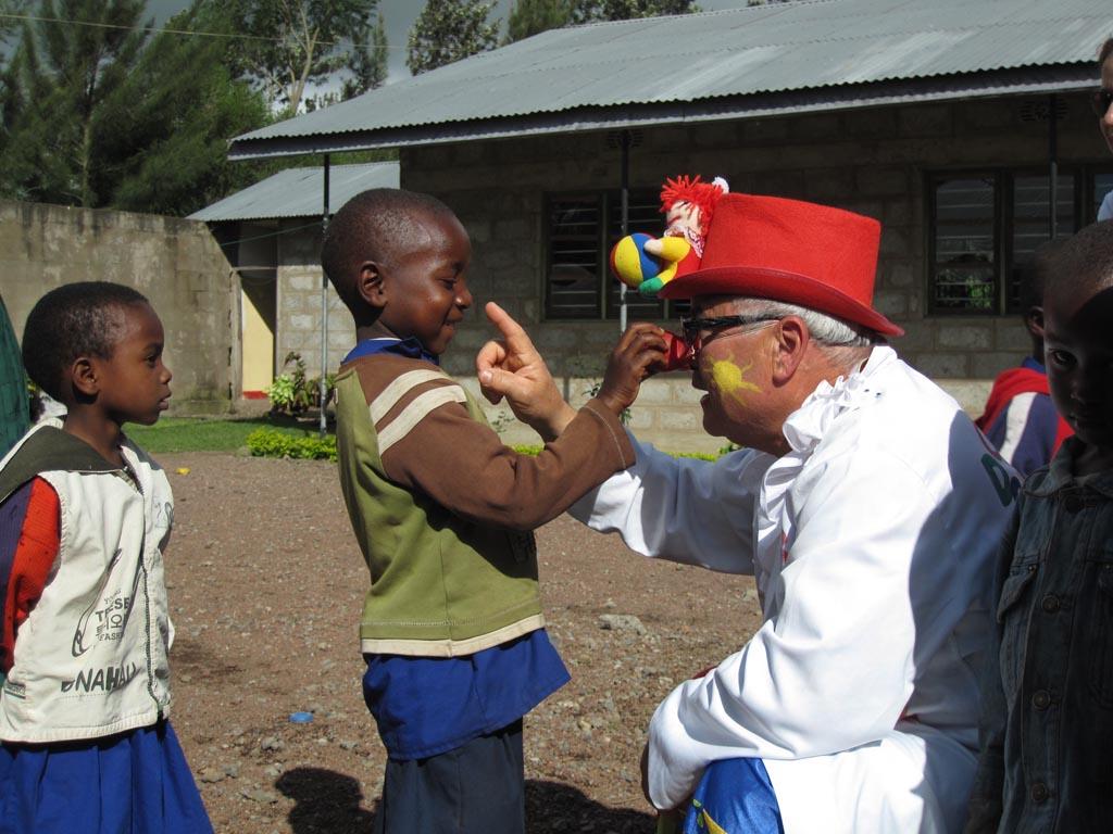 2010-05: Palloncini ai bimbi dell'asilo della Missione