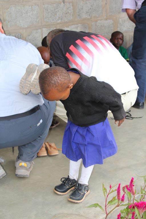 2011-08: Scarpe nuove ai bambini dell'asilo della Missione