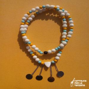Collana di perle bianca azzurra gialla